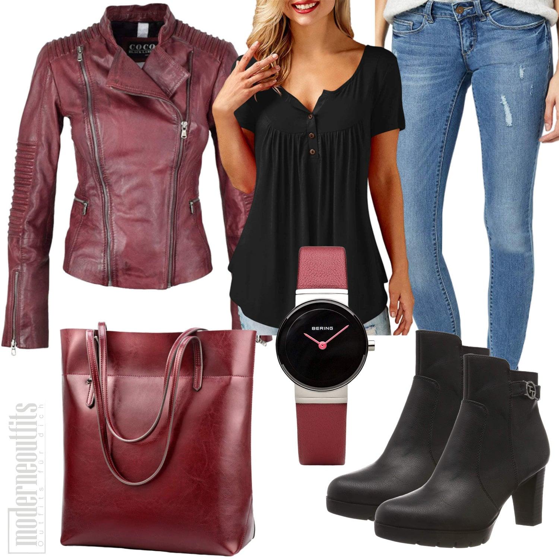 Weinrot Schwarzes Frauenoutfit mit Lederjacke, Bluse und Jeans
