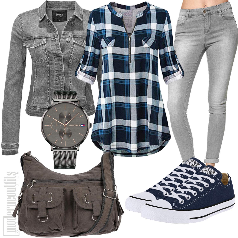 Frauenoutfit mit blau-weiss-karierter Bluse, Jeans-Jacke und Tasche