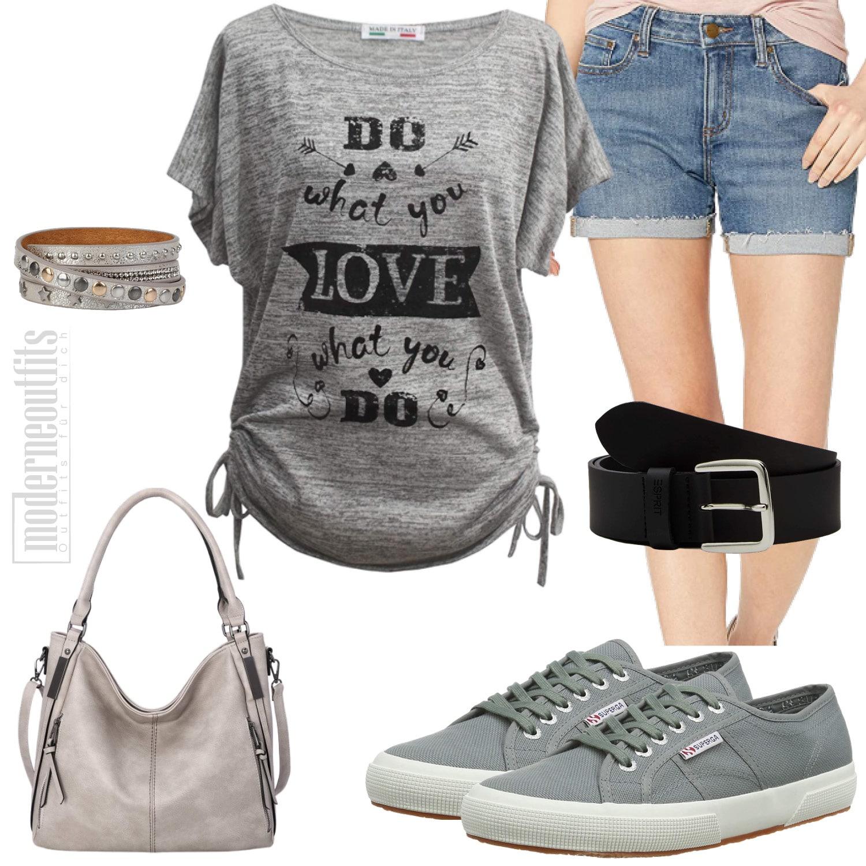 Graues Frauenoutfit für den Sommer mit Shorts und T-Shirt