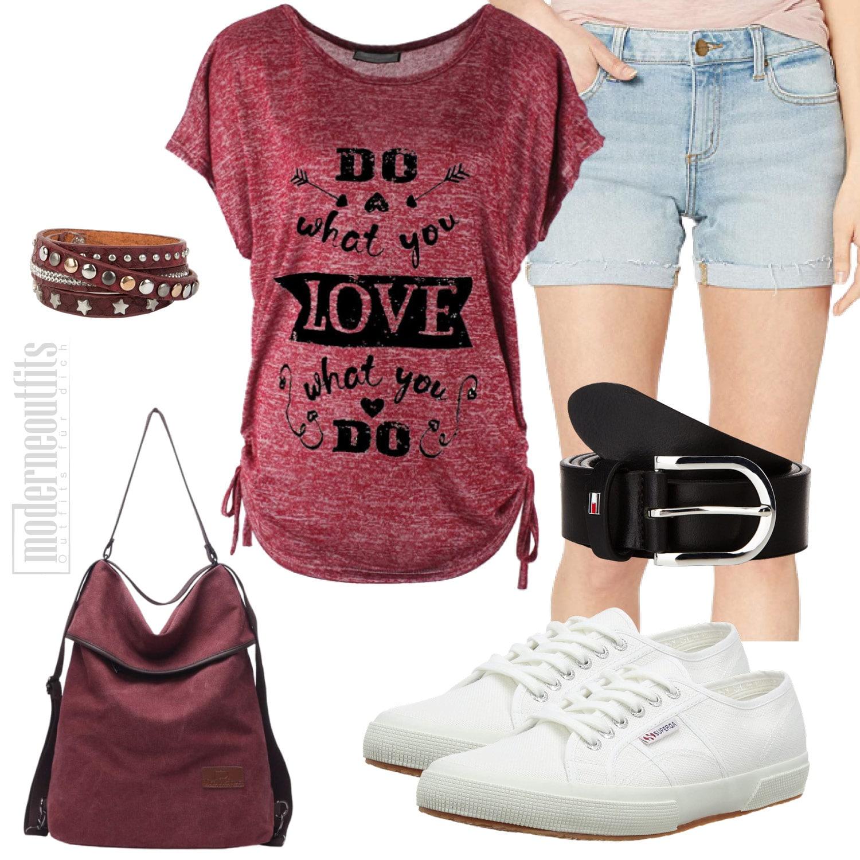 Rotes Frauenoutfit für den Sommer mit Shirt und Shorts