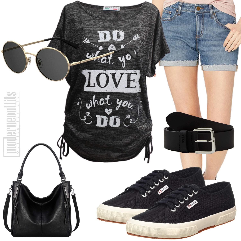 Sommeroutfit für Frauen mit Shirt, Shorts und Sneakers