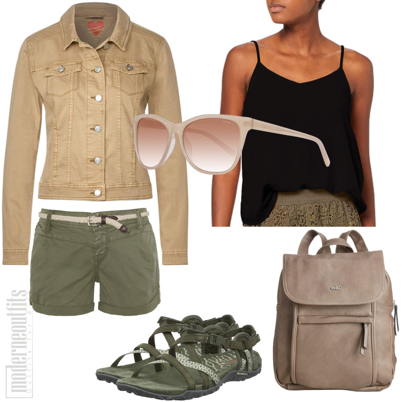 Sommeroutfit für Frauen mit Top, Shorts und Rucksack